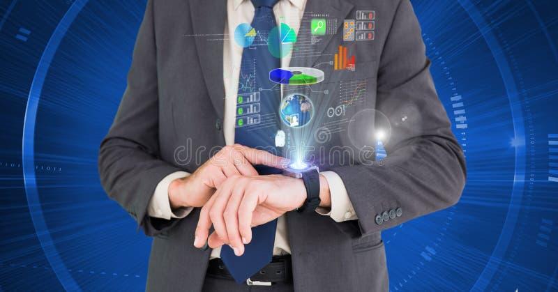 Homem de negócios que usa o smartwatch futurista contra o fundo azul imagem de stock royalty free