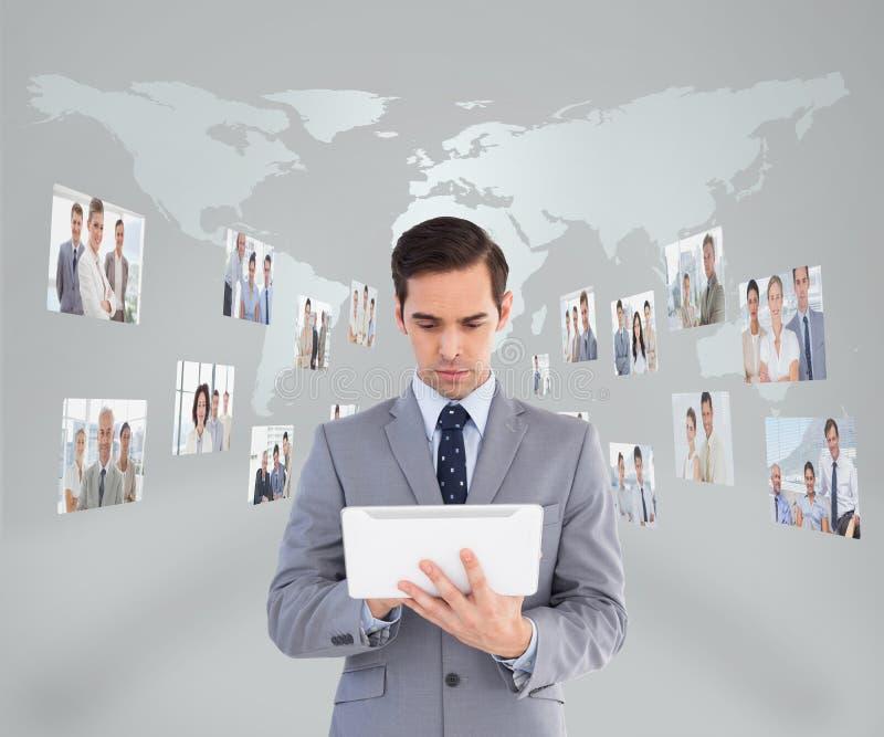 Homem de negócios que usa seu PC da tabuleta imagens de stock royalty free