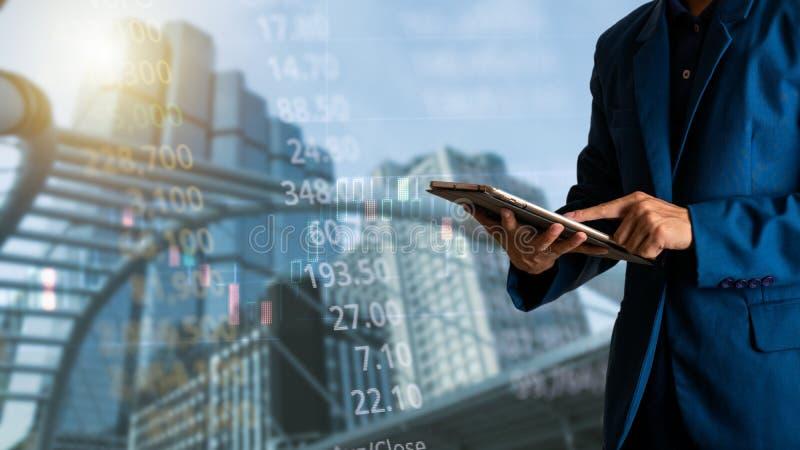Homem de negócios que usa a tabuleta com finança e depositando o gráfico de lucro do comércio do mercado de valores de ação finan foto de stock royalty free