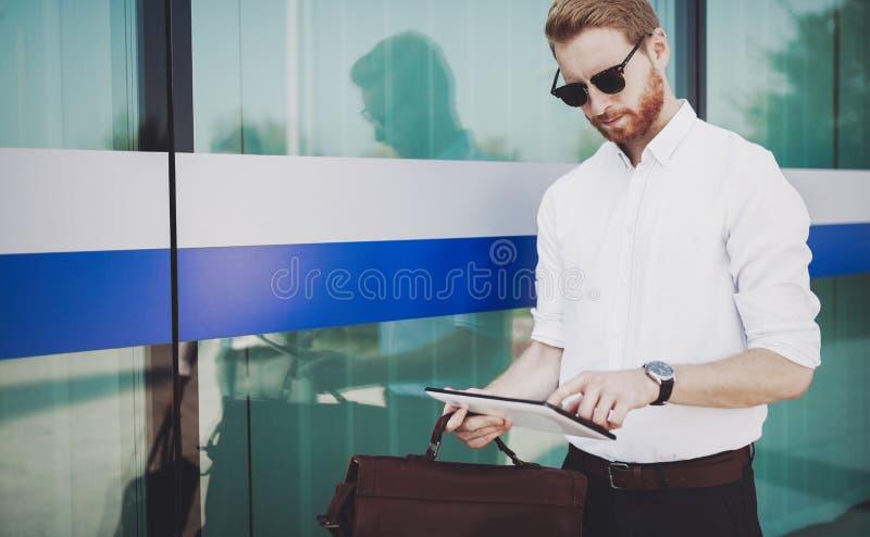 Homem de negócios que usa a tabuleta fora imagens de stock royalty free