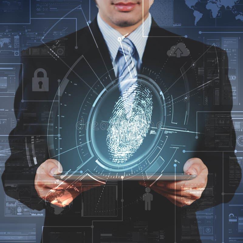 Homem de negócios que usa a tabuleta que mostra o techno do reconhecimento da impressão digital ilustração do vetor