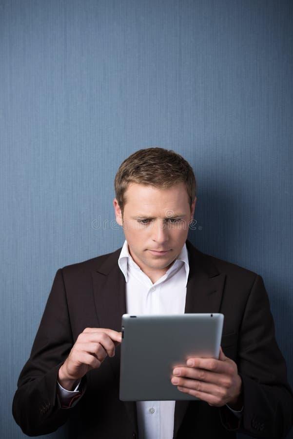 Homem de negócios que usa um computador da tabuleta imagem de stock