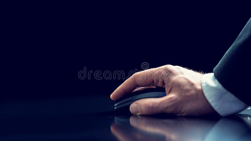 Homem de negócios que usa um rato sem fio do computador imagem de stock royalty free