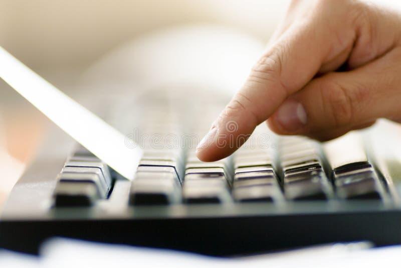Homem de negócios que usa um teclado na frente das letras. foto de stock royalty free