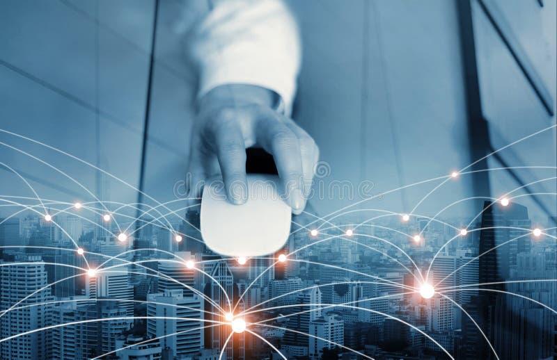 Homem de negócios que usam o rato que conecting a rede global e de intercâmbio de dados fotos de stock