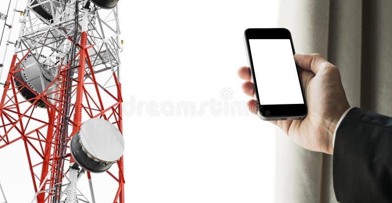 Homem de negócios que usam o telefone celular com abertura da cortina, e rede das telecomunicações da antena parabólica na torre  imagem de stock