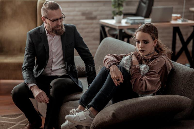 Homem de negócios que vem a sua filha adolescente com depressão foto de stock royalty free