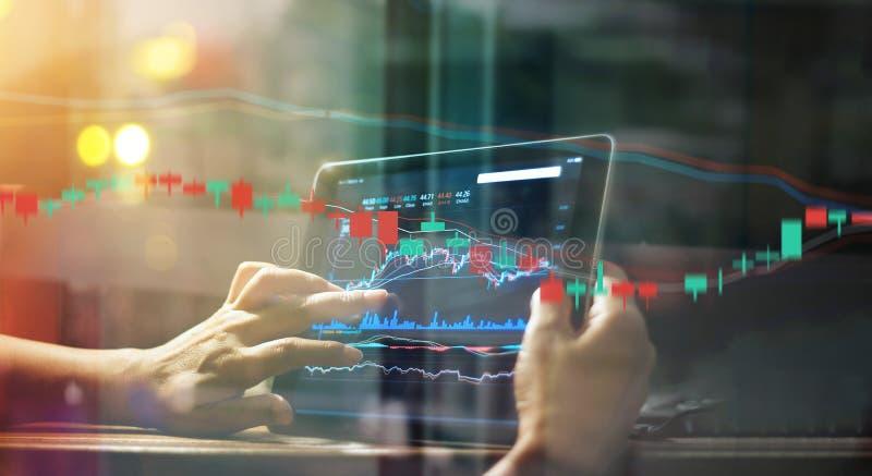 Homem de negócios que verifica dados do mercado de valores de ação na tabuleta fotografia de stock
