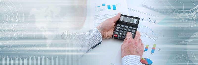 Homem de negócios que verifica gráficos financeiros; bandeira panorâmico fotografia de stock