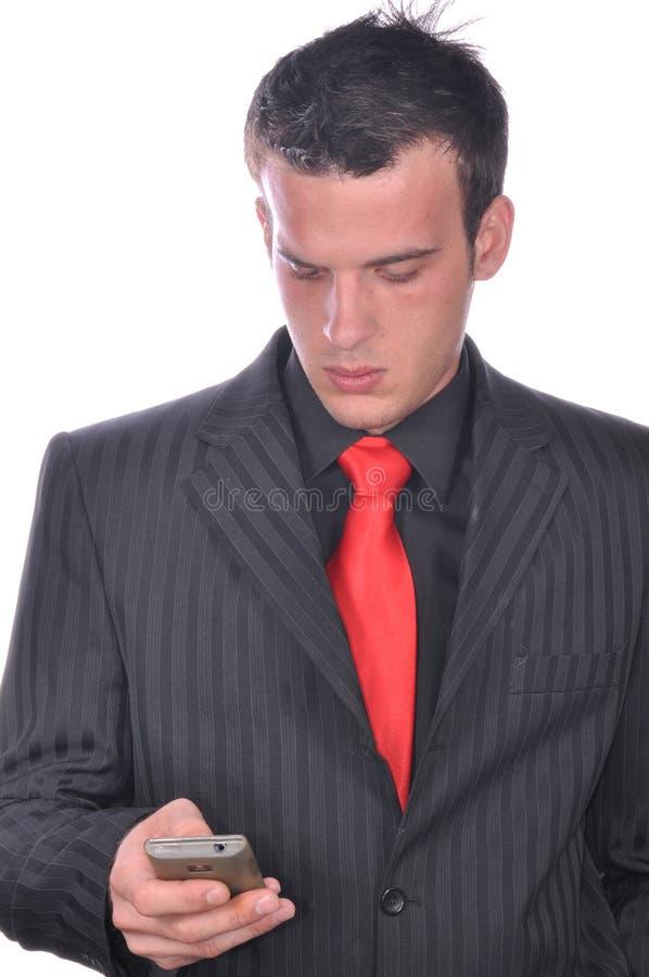 Homem de negócios que verifica seu smartphone imagens de stock