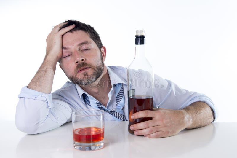 Homem de negócios que veste a camisa azul bebida na mesa no fundo branco imagem de stock