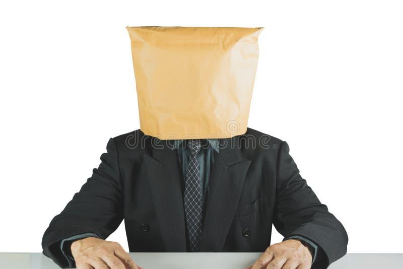 Homem de negócios que veste o saco de papel marrom isolado no fundo branco fotografia de stock