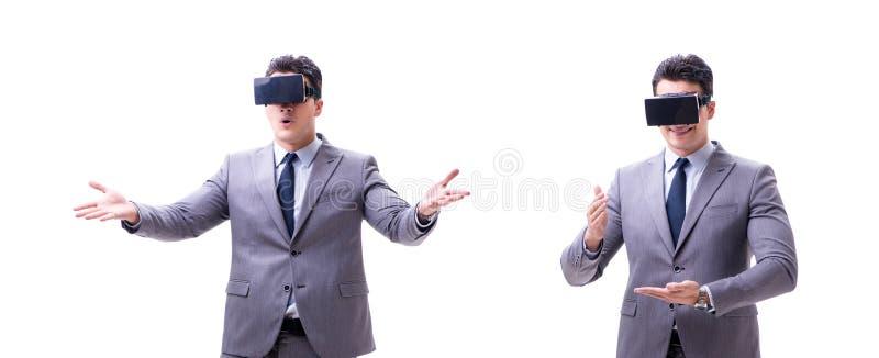 Homem de negócios que veste os vidros da realidade virtual VR isolados no branco foto de stock royalty free