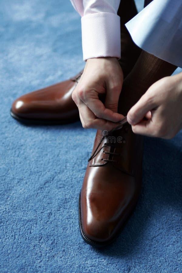 Homem de negócios que veste-se para o trabalho fotografia de stock royalty free