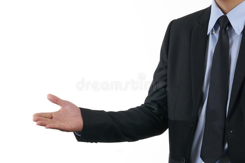 Homem de negócios que veste um terno preto Mãos do suporte a convidar Fundo branco utilização como o conceito do negócio do fundo fotografia de stock