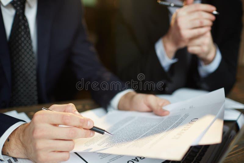 Homem de negócios Reading Contract foto de stock