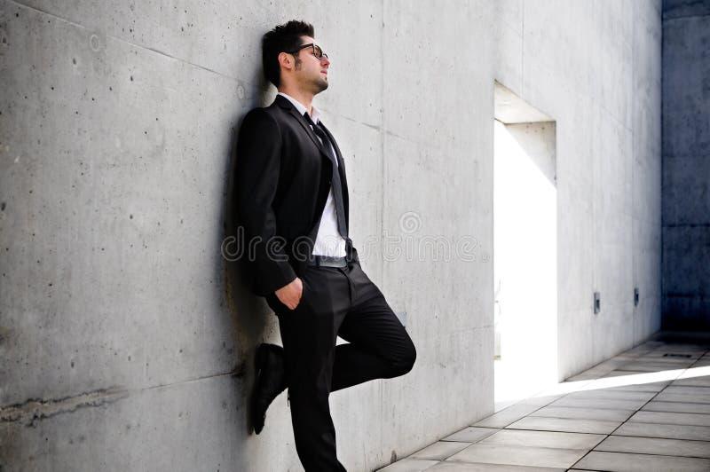 Homem de negócios referido sobre a crise fotografia de stock