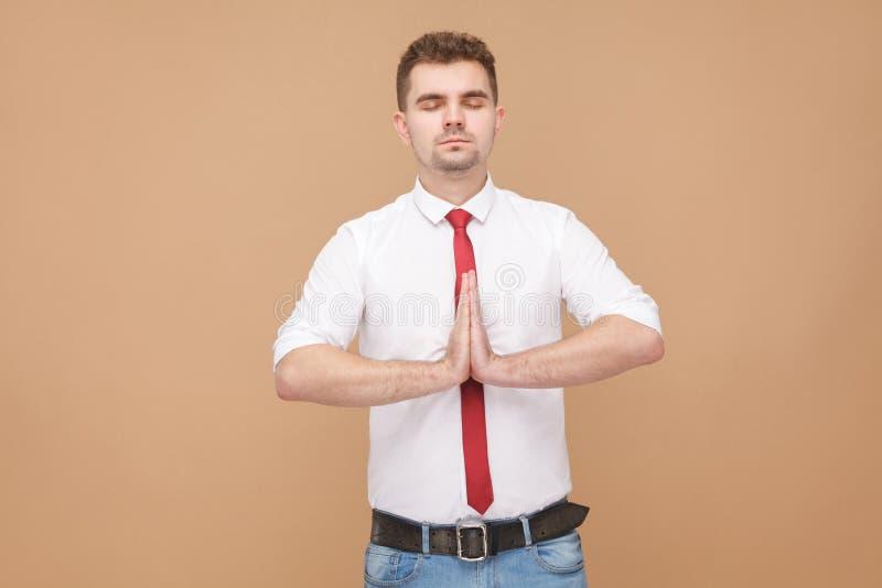 Homem de negócios relaxado que faz a ioga imagem de stock