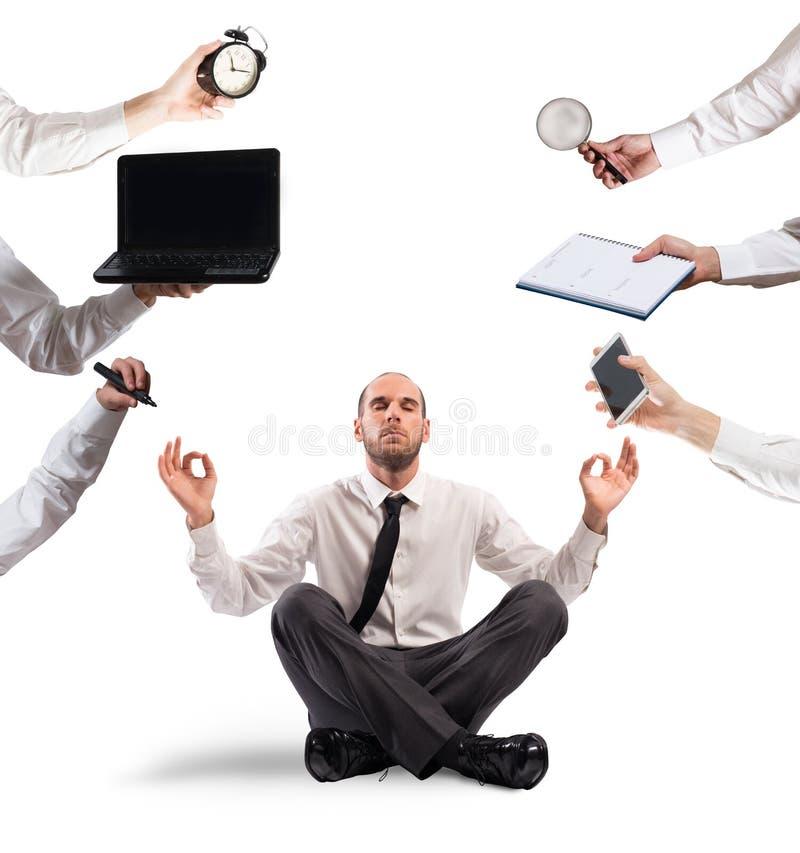 Homem de negócios relaxado que faz a ioga durante o trabalho imagens de stock royalty free
