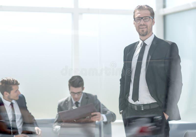 homem de negócios responsável que está no escritório fotografia de stock