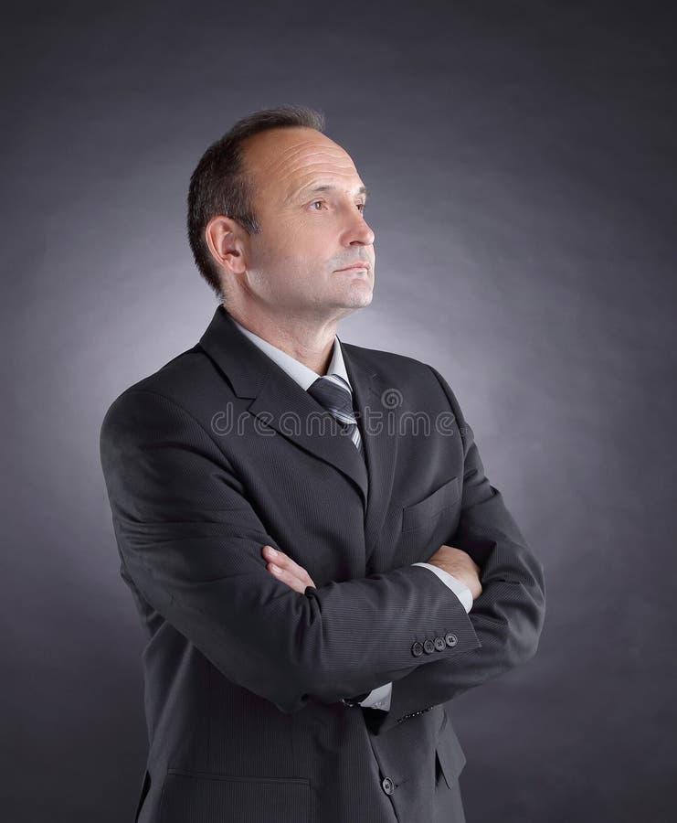 Homem de negócios responsável que olha o espaço da cópia Foto no fundo preto fotos de stock royalty free