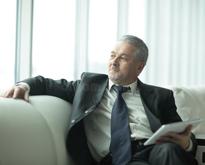 Homem de negócios responsável que senta-se no escritório moderno Povos e tecnologia foto de stock royalty free