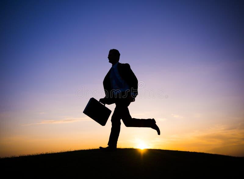 Homem de negócios Running On um monte foto de stock
