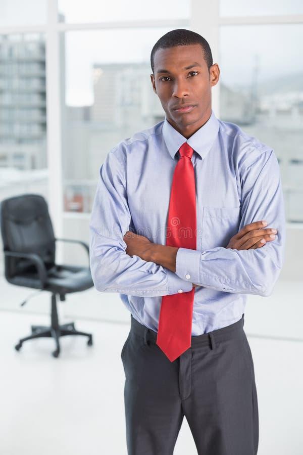 Homem de negócios sério elegante do Afro no escritório foto de stock royalty free