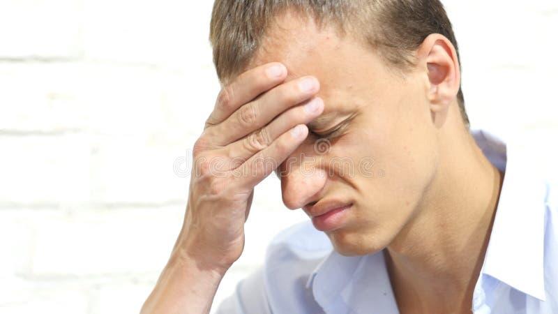 Homem de negócios sério infeliz, triste, forçado, comprimido imagem de stock
