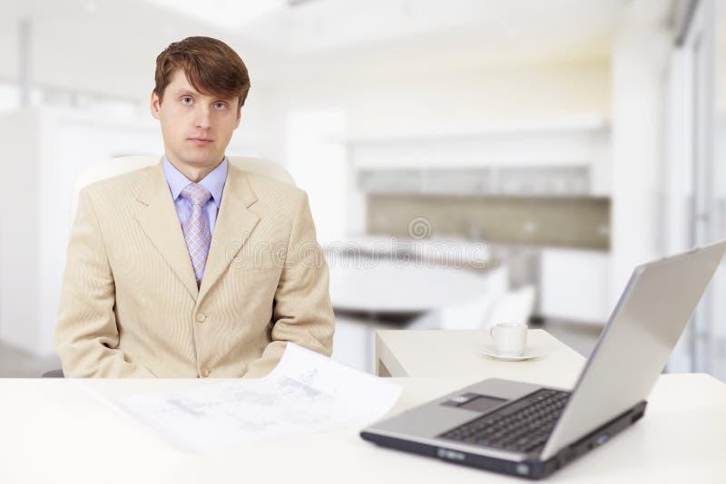 Homem de negócios sério novo em um local de trabalho fotos de stock