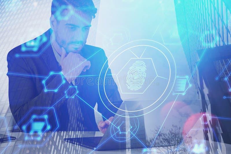 Homem de negócios sério, relação da segurança do cyber fotos de stock