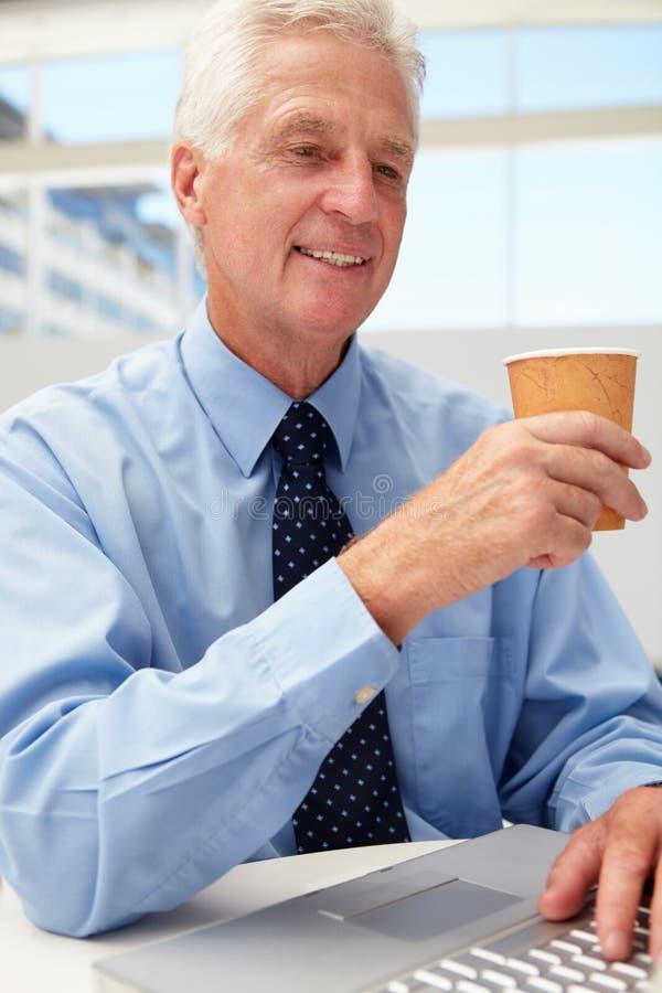 Homem de negócios sênior com café imagens de stock