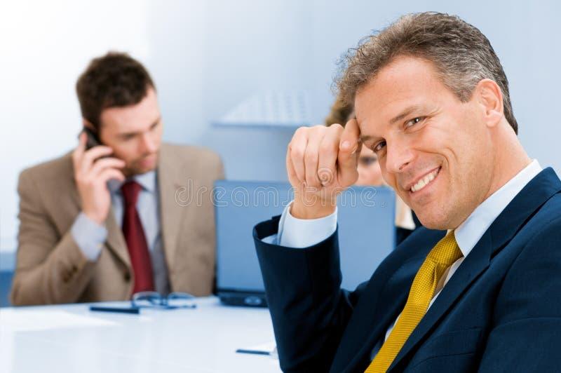 Homem de negócios sênior de sorriso no escritório foto de stock royalty free