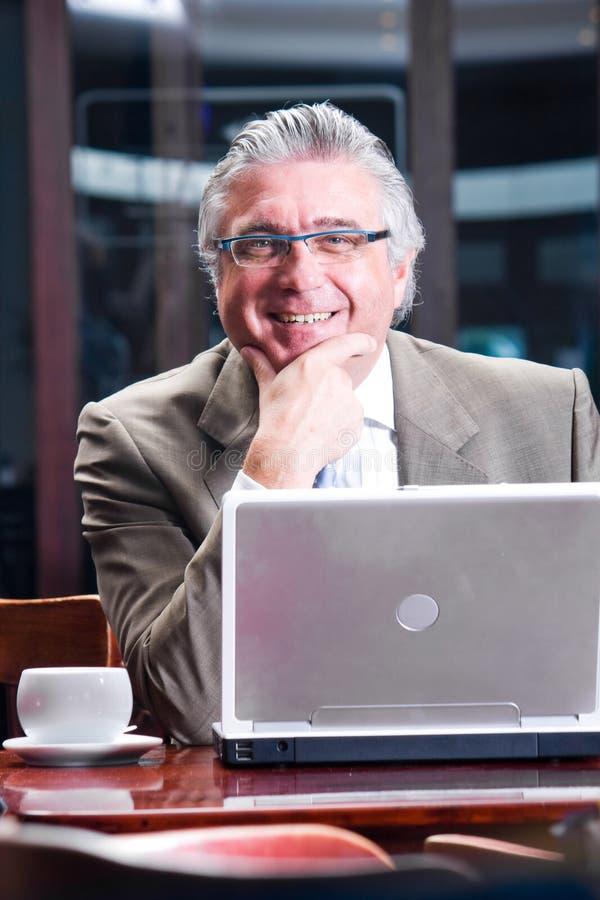 Homem de negócios sênior feliz fotos de stock royalty free