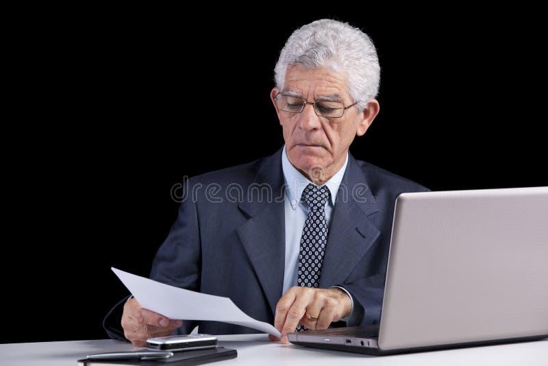 Homem de negócios sênior no escritório fotos de stock