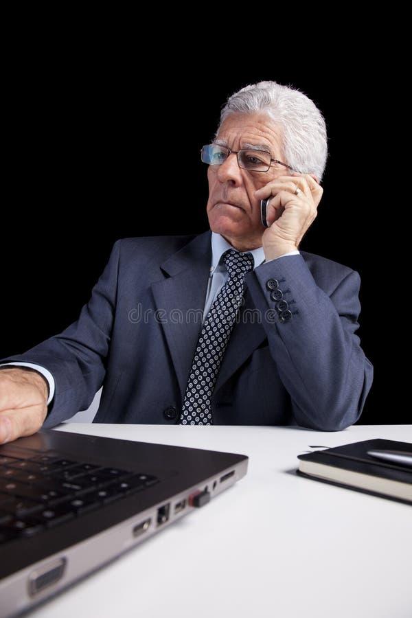 Homem de negócios sênior que fala no telemóvel fotos de stock royalty free