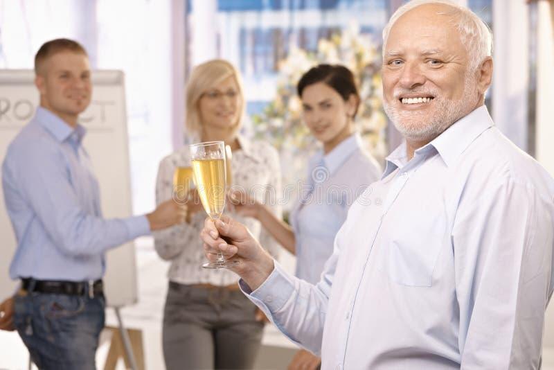 Homem de negócios sênior que levanta o vidro do champanhe fotos de stock royalty free