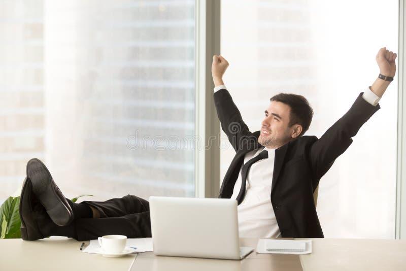 Homem de negócios satisfeito feliz terminar o trabalho com portátil, celebrat foto de stock