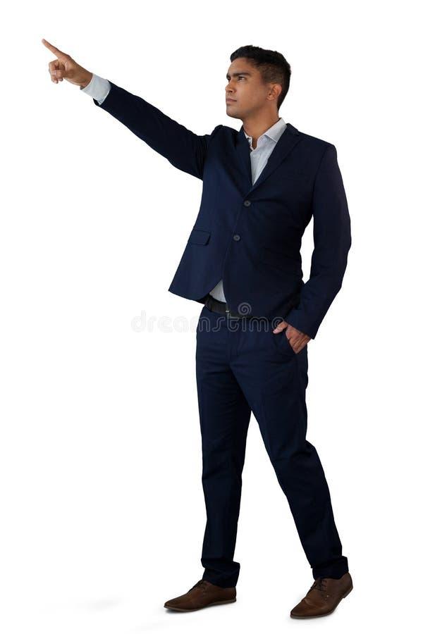 Homem de negócios seguro com mãos em relação invisível tocante dos bolsos imagens de stock