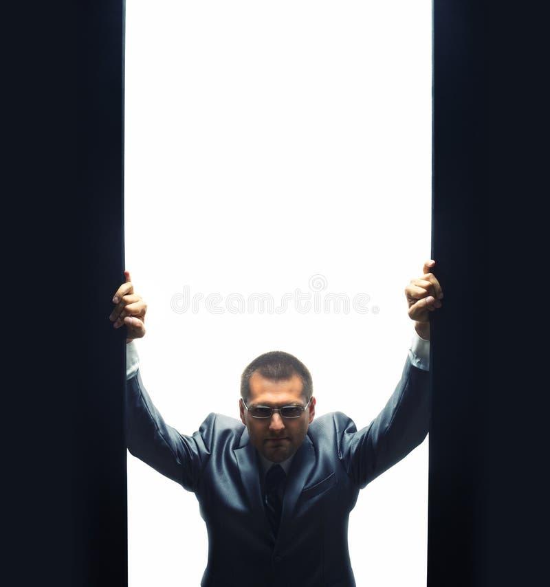 Homem de negócios seguro de vinda foto de stock royalty free