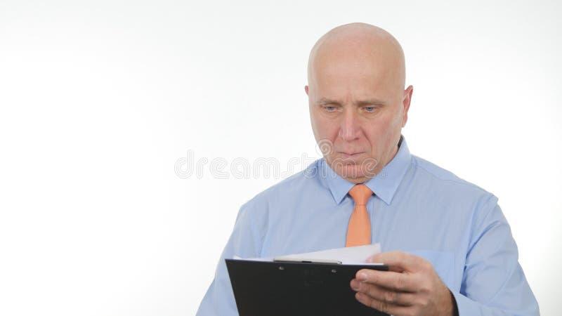 Homem de negócios seguro Image Reading e notas da tomada usando a agenda fotos de stock