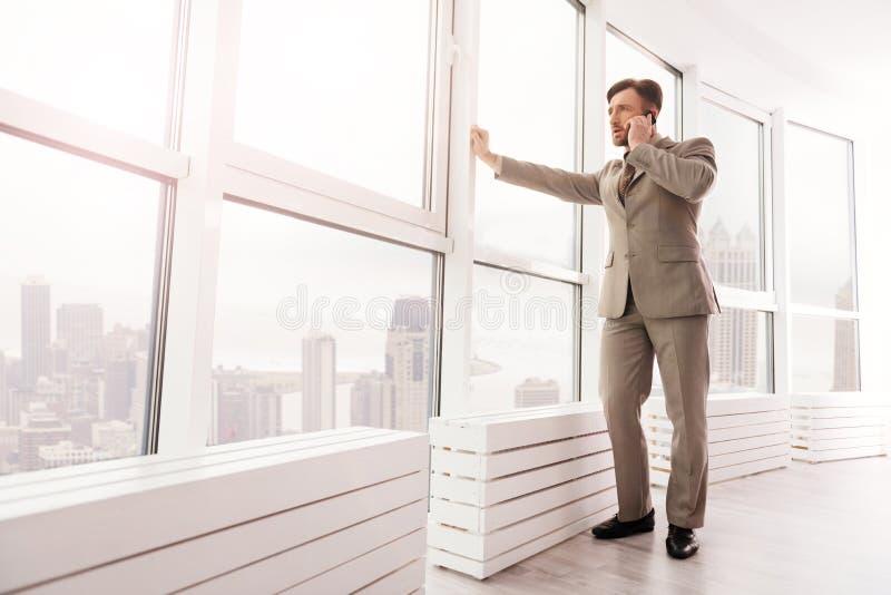 Homem de negócios seguro que fala no telefone celular imagens de stock royalty free