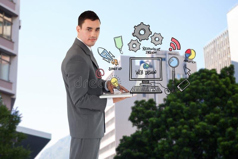 Homem de negócios seguro que guarda o portátil por ícones do design web fotografia de stock