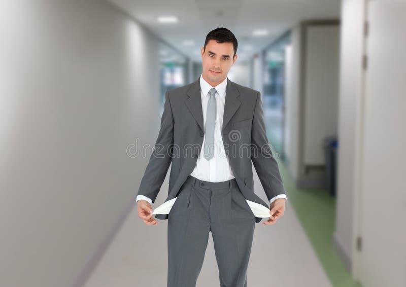 Homem de negócios seguro que mostra bolsos vazios fotos de stock royalty free