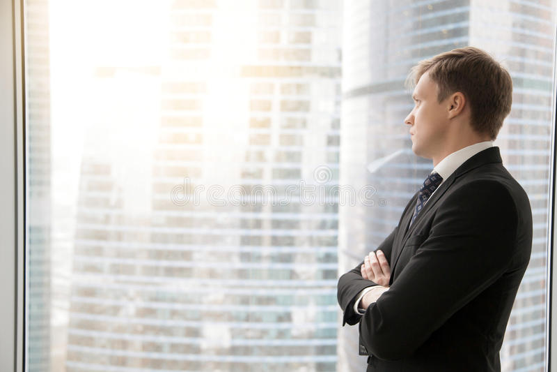 Homem de negócios seguro que planeia projetos novos imagens de stock royalty free