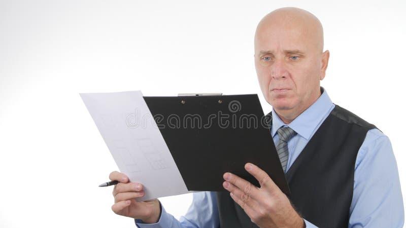 Homem de negócios seguro Reading Financial Documents imagem de stock