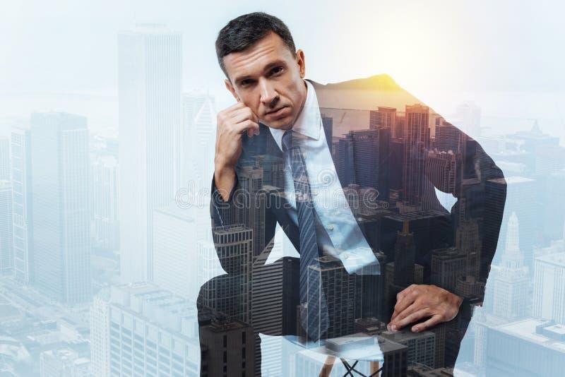 Homem de negócios seguro sério que olha pensativo e cansado imagens de stock royalty free