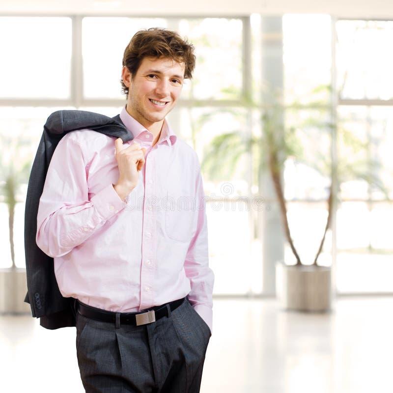 Homem de negócios sem esforço no prédio de escritórios fotografia de stock