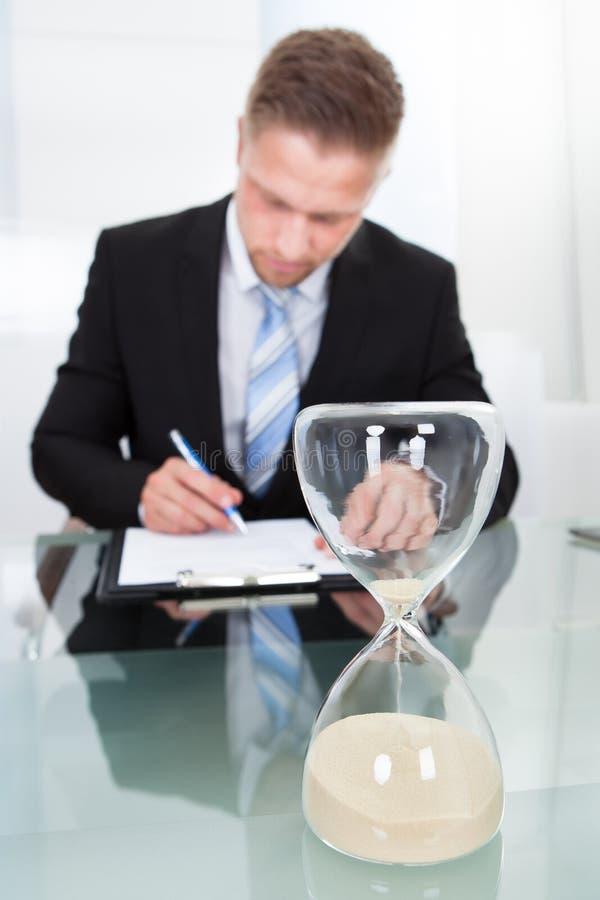 Homem de negócios sob a pressão de tempo foto de stock royalty free
