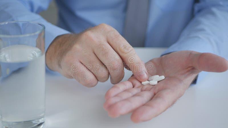 Homem de negócios de sofrimento Taking Drugs para uma dor de cabeça foto de stock